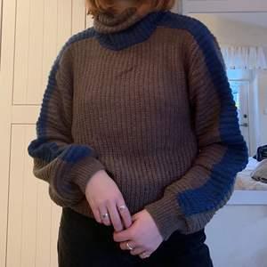 Säljer denna bruna tröja i medium med blå detaljer❤️🦋