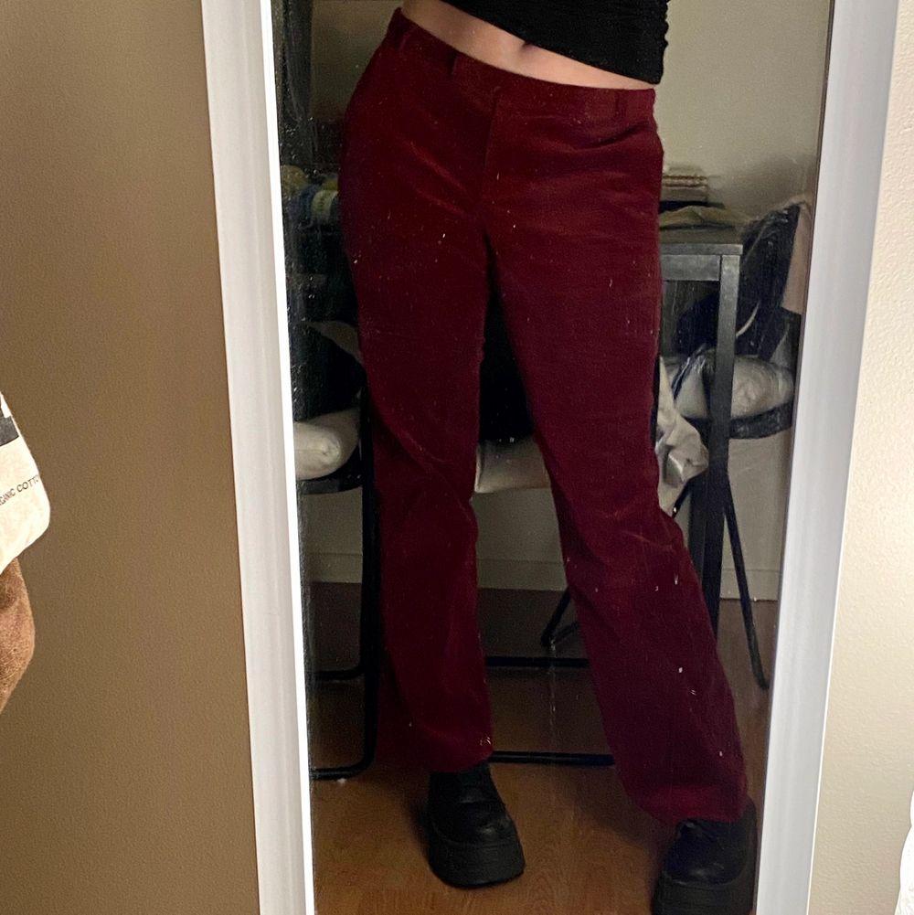 Röda low waisted corduroy byxor. Det står storlek XL men jag är M och det passar perfekt. Frakt tillkommer!. Jeans & Byxor.