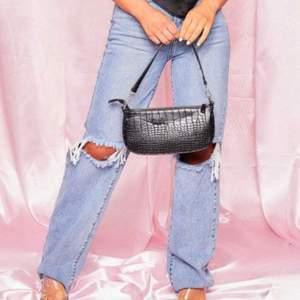 Säljer dessa superfina jeans som dock aldrig är använda då jag tyvärr tycker de är för korta för mig (är ca 171 cm lång). Passar en 34/36 och sitter superbra i midjan 💖