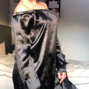 Nly trend svart glansig klänning i gott skick. Går även att vika upp som tröja