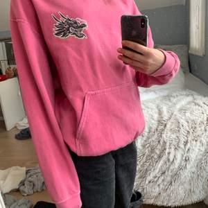 Super snygg rosa hoodie från UrbanOutfitters. Med as coolt tryck på ryggen och bröstet! Kan gå ner i pris vid snabbt köp