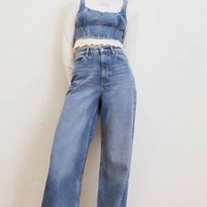 Intressekoll på dessa extremt snygga, snart slutsålda H&M X LEE jeans. Storlek 36 och dom går ner till marken på mig som är ugf 165 cm. BUDGIVNING FRÅN 400kr 😋❤️ köpare står för frakt