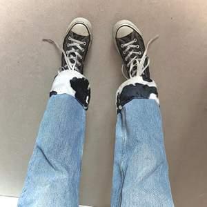 Balloon leg jeans från Monki som jag har sytt om! Jag har sytt in midjan och på ett fluffigt cow mönstrat tyg på byxändan!! Jättefina och sitter supersnyggt (jag är 171cm)! Skriv för fler bilder 🤎🤎🤎 frakt är 96kr 🧸