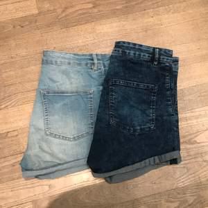 Två likadana högmidjade jeansshorts. Väldigt stretchiga i materialet (inte riktigt jeanstyg), så väldigt bekväma. Båda för 75kr eller ett par för 50kr. De ljusare har en liten, knappt synlig fläck på ena bakfickan. Är storlek 40 men pga stretch passar nog också 42-44