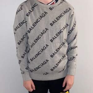 Säljer en stickad balenciaga tröja storlek M