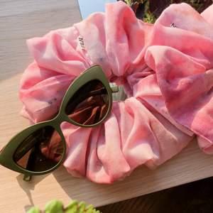 En underbar stor och fluffig handfärgad scrunchie. Bomullsvoile färgad med batik-färg och sidenfärg. Crazy hippie chic!