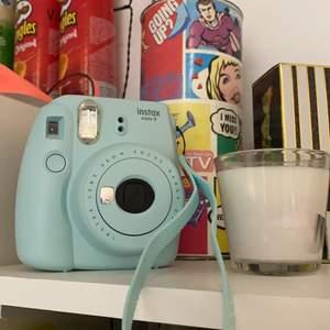 Säljer en skit snygg kamera som både fungerar och är väldigt fin att ha som prydnad, om man vill ta kort med den så behöver man köpa bild band till den som finns på t.ex teknikmagsinet. Säljer denna för 300 och den köptes för 600kr men den funkar som ny och ser ut som en ny🥰 Skriv privat om du är intresserad eller om du vill köpa!🤗