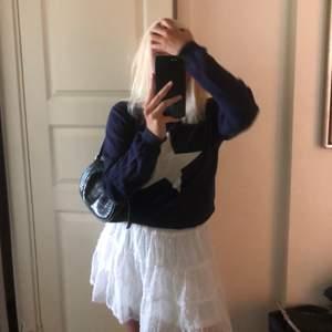 As fin mörkblå tröja från Gant med vit stjärna på💕🥰