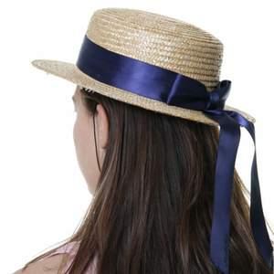 Jättesöt hatt med blå rosett. Köpt för några år sedan men används tyvärr inte. Perfekt till midsommar🌼            feel free att höra av dig