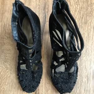 Svarta heels / klackskor från Skopunkten, köpta för några årsen✨ Använda vid några tillfällen, storlek 37✨ 50kr + frakt Köparen står för frakten💞