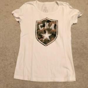 💛 T-shirt/topp från märket CKA, storlek XS. Nyskick. Kan fraktas eller mötas upp 📮