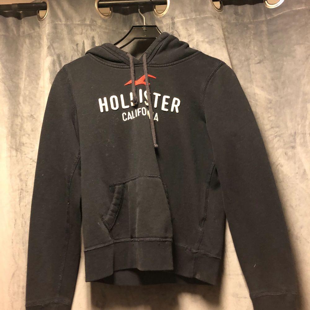 Säljer min hollister hoodie 100kr Strl S (Snöret är trasigt på ena men inget som man tänker på). Huvtröjor & Träningströjor.