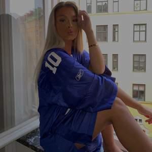 Blå baskettröja ifrån Urban outfitters, köpt för 700kr och använd en gång, den är i storlek L så den är väldigt oversize på mig som är en XS, går att ha som klänning och jag är 165 🤎