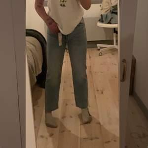 Hej! Jag säljer detta par av oandvända zara jeans jätte fina till sommaren och passar dig som gillar cropped jeans jag är 160 för dig som undrar.❤️