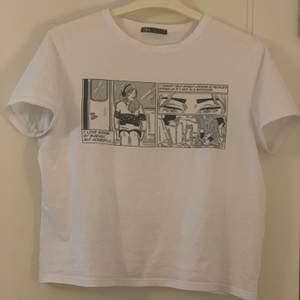 Fin t-shirt från Zara med tryck på framsidan. Lite oversized på mig som oftast har S så den sitter super fint!