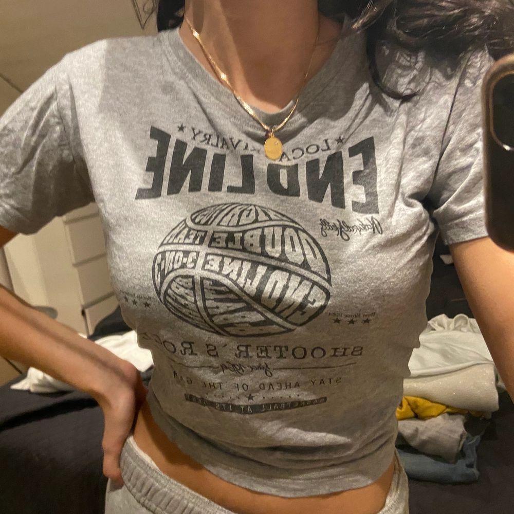 Vintage t-shirt. Med ett litet hål vid kragen. . T-shirts.