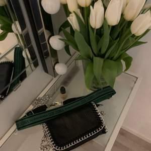 Säljer en handväska som inte används med ett extra axelband