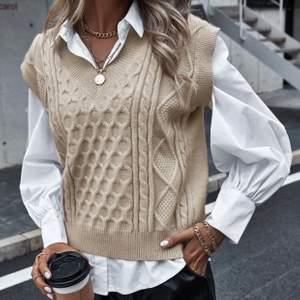 Jag säljer en hur snygg stickad väst som helst. Passar bra över både skjortor eller andra tröjor eller utan något under. Säljer pga att jag råkade beställa två. Storlek S. Frakt tillkommer<3