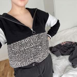 En hoodie med dragkedja. Köpt på Ullared. Strl Xs men passar även M. Säljer pga att den aldrig kommer till användning!