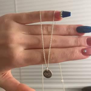 """Ett oanvänt halsband som har  förevighets tecknet på ena sidan o andra sidan står det """"LOVE"""" på😜 perfekt att köpa till någon man tycker extra om"""