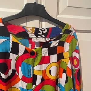 Nyskick, 60s/ 70s skjorta. Storlek M ungefär. Sitter väldigt fint, ärmarna är lite kortare. Fint tyg!