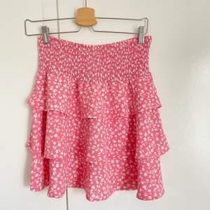 Supergullig rosa kjol som inte kommit till användning, lappen sitter kvar! 🌸
