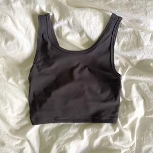 Mörkgrått linne från Bikbok. För spårbar frakt kostar det 66, däremot billigare med frimärken.