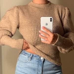Stickad tröja med puffärmar från Chiquelle. Använd 1-2 gånger. Onesize, jag är S/M