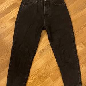 Zara mom jeans i nyskick, änvända 1 gång. Säljes p.g.a förstora. Storlek 44 men passar även 40/42