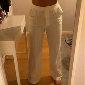 As snygga vita kostym byxor från misslisibells colektion med nakd! De har aldrig riktigt kommit till användning därför säljer jag de nu!❤️ skriv privat om du är intresserad eller vill ha fler bilder!