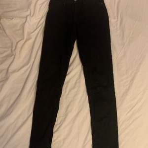 💕Svarta levis jeans i storlek 28 (i midjan) har använt en del men de är i bra skick för det. Säljer för 200kr utan att inkludera frakten men köparen står för frakten💕