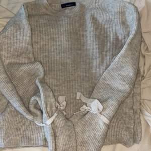 """En stickad tröja från chiquelle som inte kommer till användning längre. Lite """"nopprig"""" så säljer för 60kr."""