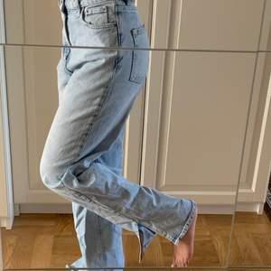 Säljer mina super fina jeans med slit, lite för stora för mig och därför inte kommer till användning. Från Vero Moda 600 kr