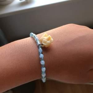 Armband med blåa pärlor och ett elefanthänge.