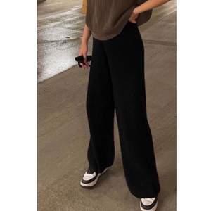 🖤Svarta raka byxor från bik bok🖤 i storlek 36 lite trög dragkedja och de är väl andvända men annars så är de inget fel på de👍🏻👍🏻 köparen står för frakten