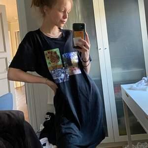 Säljer denna SUPERSKÖNA tsirtklänningen som jag tänkte använt som nattlinne eller klippa till en croptop!❤️ jag glömde bort tröjan och nu ryker den tyvärr för min garderob är full! Köpare står för frakt, och övriga frågor skickas på PM!