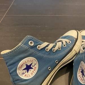 Lägger ut igen pga oseriösa bud. Jättefina blåa converse (kommer såklart tvätta innan) frakt ingår ej i priset!
