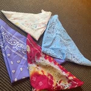 Bandanas som man kan ha på massa sätt(topp, hår, scarf etc). Dom kostar 15kr styck och frakten kostar 12kr.