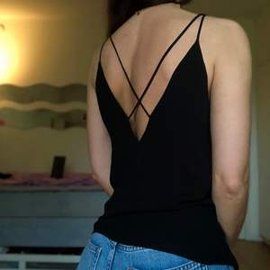 💓 Tunnt linne med öppen rygg och djup v-ringning                              💓 MÄRKE: H&M                                                            💓 STORLEK: 34 (normal till stor i storlek)                                  💓 SKICK: Helt oanvänd så i nyskick                                               💓 Kan med fördel bäras instoppad också