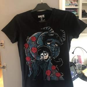 Jättefin tshirt från Akumu Ink, endast använd ett fåtal gånger. Katt finns i hemmet!