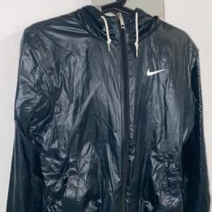 Tvåsidig jacka från Nike. Ljusgrå på ena sidan och mörkblå på andra sidan.  Super fint skick.