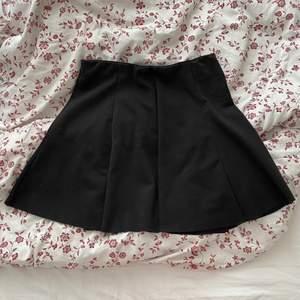 Trendig liten svart kjol från Brandy Melville! Köptes för några år sedan så den har kommit till bra använding men är ändå i bra skick.