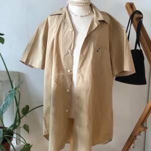 Kortärmad peak performance skjorta i beige. Mycket gott skick, sitter mycket oversized på mig som är S. Skriv för fler bilder eller vid frågor!!