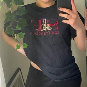 Cool t shirt köpt second hand men knappt använd av mig! Broderat tryck. Passar mig bra som är XS-S! Frakt tillkommer, kontakta för mer info☺️