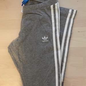 Grå leggings från Adidas. Perfekt skick! Kan mötas upp i centrala gbg, annars står köparen för frakt☺️