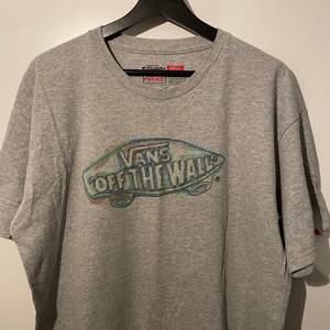 Simpel grå vans t-shirt, ganska stor i storleken. Använd få gånger. Tryck endast på framsidan! 🐘