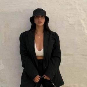 Säljer bucket hat i färgerna Svart och Vit. Den är väldigt trendig.