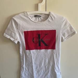 Vit/röd Calvin klien T-shirt. Tyvärr en liten sminkrand på.