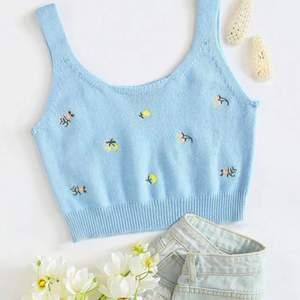 Helt ny!! Snygg blå stickad topp med broderade blommor på! Väldigt skön och mjuk!💙🥰passar bra till sommaren nu!☺️Nypris: 99kr❤️