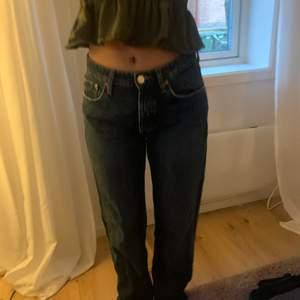 intressekoll på mina mid Rise zara jeans. Köpte dom i hösras och de är i storlek 38 men passar perfekt på min kompis som har storlek 34 (det är hon på bilden) skriv om ni är intresserade❤️❤️